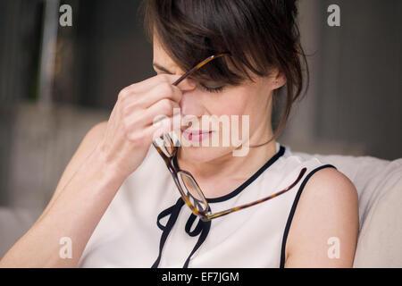 La donna che soffre di mal di testa Foto Stock