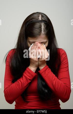 Donna che piange e strofinando le lacrime con un fazzoletto di carta