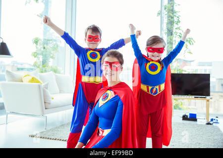Il supereroe che bambini e madre sorridente in salotto