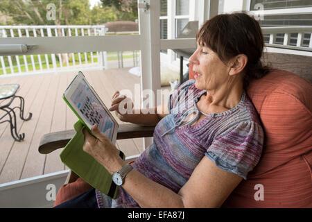 Senior Citizen tramite ipad Foto Stock