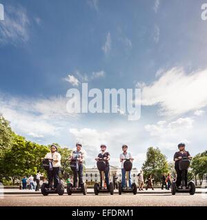 Gruppo di turisti su Segway scooter da capitale Segway Tour guidati in posa davanti alla Casa Bianca di Washington Foto Stock