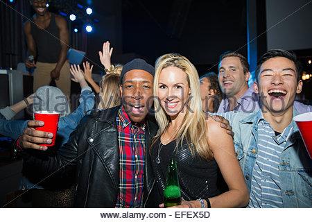 Ritratto di amici entusiasti di bere in discoteca Foto Stock