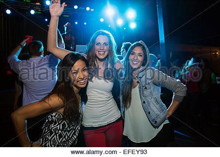 Ritratto di sorridere amici in discoteca Foto Stock