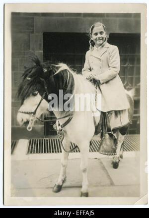 Il 12 Dic. 2014 - Canada - circa 1950: Riproduzione di un antico mostra fotografica di bambina sedi sul pony (credito Immagine: © Igor Golovniov/ZUMA filo/ZUMAPRESS.com) Foto Stock