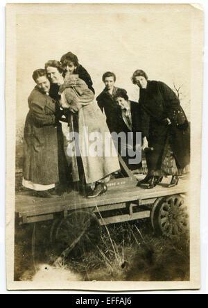 Il 12 Dic. 2014 - Canada - circa novecento: Riproduzione di un antico mostra fotografica di un gruppo di donne che pongono, in piedi su un carrello. (Credito Immagine: © Igor Golovniov/ZUMA filo/ZUMAPRESS.com) Foto Stock
