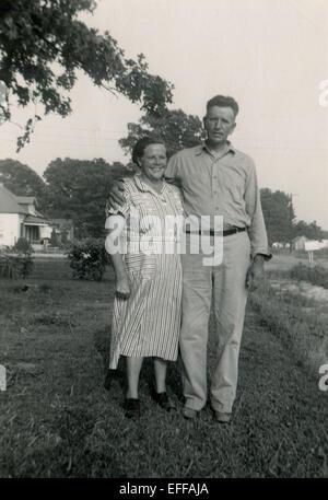 Il 12 Dic. 2014 - Canada - circa 1940s: Riproduzione di un antico mostra fotografica di famiglia dell'agricoltore che pongono nel giardino vicino alla sua casa (credito Immagine: © Igor Golovniov/ZUMA filo/ZUMAPRESS.com) Foto Stock
