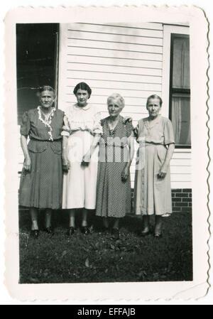 Il 12 Dic. 2014 - Canada - circa trenta: Riproduzione di un antico mostra fotografica di quattro donne in posa contro la casa privata (credito Immagine: © Igor Golovniov/ZUMA filo/ZUMAPRESS.com) Foto Stock