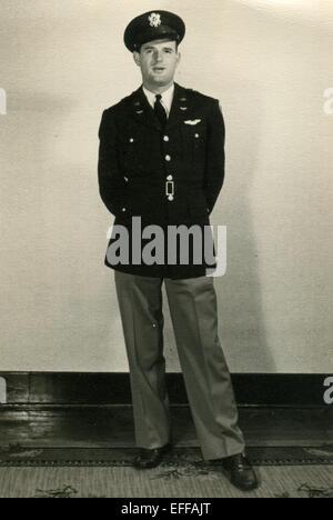 Il 12 Dic. 2014 - Canada - circa 1950: Riproduzione di un antico mostra fotografica di studio shot dell uomo in uniforme pilota (credito Immagine: © Igor Golovniov/ZUMA filo/ZUMAPRESS.com) Foto Stock