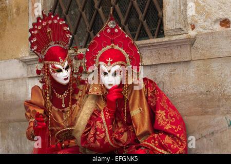 Coppia in costume in Piazza San Marco durante il Carnevale di Venezia a Venezia, Italia. Foto Stock