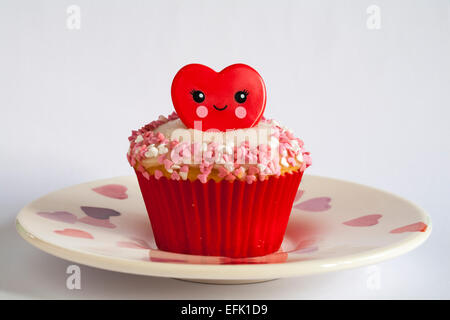 Valentino anello rosso cupcake impostato sulla piastra del cuore isolato su sfondo bianco - ideale per il giorno di San Valentino, il giorno di san valentino Foto Stock