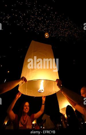 Persone il rilascio di lanterne, Yeepeng Lanna Lanterna Internazionale Festival, Dhutanka Lanna, Chiang Mai, Thailandia Foto Stock