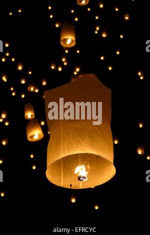 Lanterne in cielo, Yeepeng Lanna Lanterna Internazionale Festival, Dhutanka Lanna, Chiang Mai, Thailandia Foto Stock
