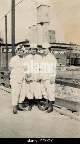 Il 12 Dic. 2014 - Canada - circa 1940s: Riproduzione di un antico mostra fotografica di tre giovani donne in bianco tute di lavoro pongono contro lo sfondo del mulino (credito Immagine: © Igor Golovniov/ZUMA filo/ZUMAPRESS.com) Foto Stock