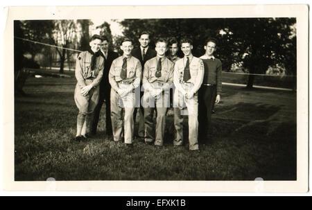 Il 12 Dic. 2014 - Canada - circa 1940s: Riproduzione di un antico la foto mostra il gruppo di scout e gli studenti in posa sul prato nel parco (credito Immagine: © Igor Golovniov/ZUMA filo/ZUMAPRESS.com) Foto Stock
