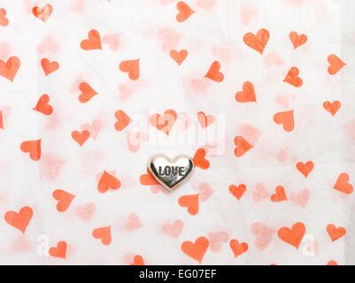 Argento amore cuore su sfondo della carta Foto Stock