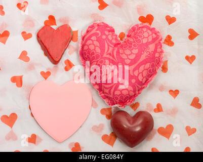 Cuori sul cuore della carta sullo sfondo Foto Stock