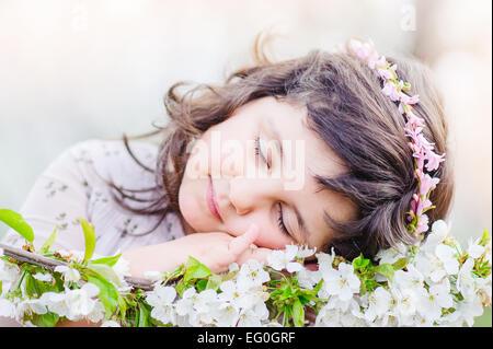 Ragazza carina (4-5) dormire su di fiori