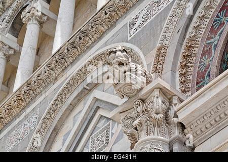 Dettagli architettonici del Duomo di Pisa in Italia Foto Stock