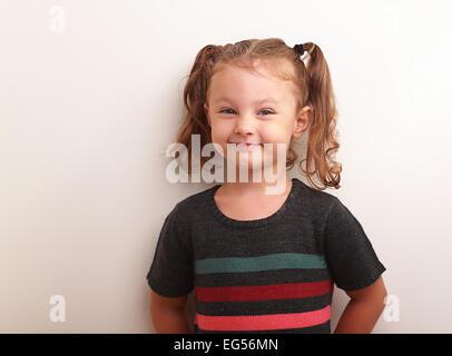 Adorabili Moda ragazza con borsetta isolati su sfondo bianco  Divertimento sorridente  ragazza di capretto nel vestire sorridente e cercando felice sul vuoto ... 17abde93e92