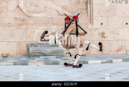 ATHENES, Grecia - marzo, 01: Evzones cambiando la protezione presso la tomba del Milite Ignoto in Athenes su marzo, Foto Stock