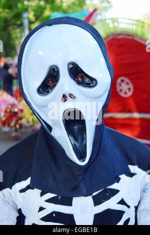 Cranio faccia paura indossando maschera uomo a Kerala India Foto Stock