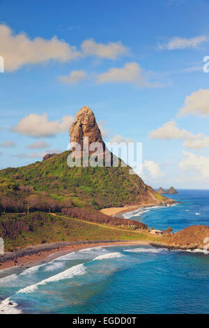 Il Brasile, Fernando de Noronha, Conceicao, Meio e Cachorro spiaggia con Morro Pico Mountain in background Foto Stock