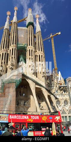 Sightseeing bus davanti la Sagrada Familia, Basilica e chiesa espiatorio della Santa Famiglia, architetto Antoni Gaudi, Sito Patrimonio Mondiale dell'UNESCO, Catalano architettura modernista, Art Nouveau, Eixample di Barcellona, in Catalogna, Spagna