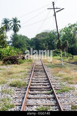 Fine della vecchia linea ferroviaria nel nord della Thailandia. Foto Stock