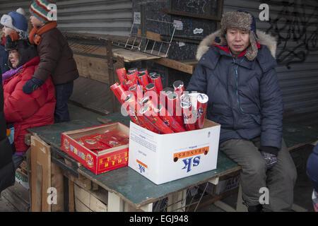 Fornitore su strada la vendita di coriandoli poppers durante il Nuovo Anno Cinese a Chinatown, in New York City. Foto Stock