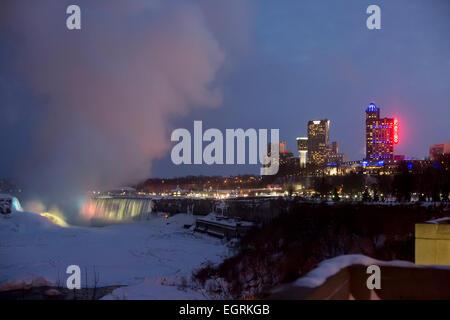 Niagara Falls, Ontario - Il Fallsview Casino e parte del quartiere turistico delle Cascate del Niagara e le Cascate Foto Stock