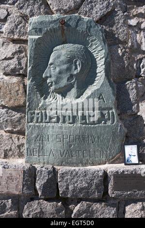 Lapide commemorativa per il ciclista Fausto Coppi, Stelvio passo dello Stelvio, Alto Adige e Lombardia, Italia Foto Stock