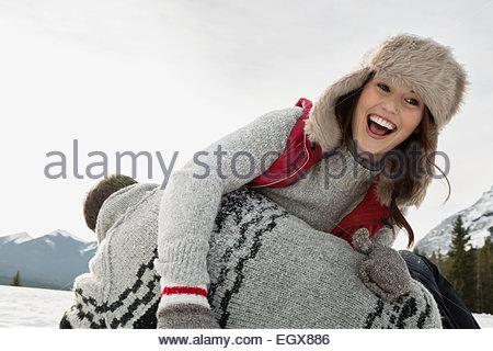 Ridendo giovane giocare nella neve Foto Stock