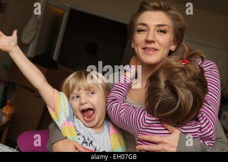 Ai bambini di facce buffe con la madre - modello rilasciato Foto Stock
