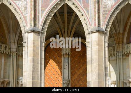 Arco all'entrata sotto giudizio ultimo mosaico (XIV secolo), a sud la facciata della Cattedrale di San Vito, Praga, Foto Stock