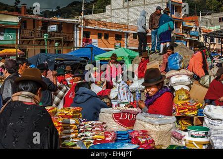 Ecuador, Cotopaxi, Zumbahua, giorno del villaggio di Zumbahua mercato, vista generale del mercato in continua evoluzione