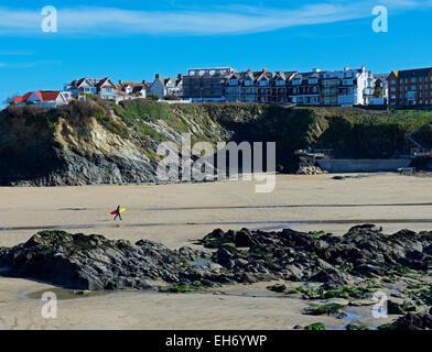 Surfer di camminare sulla spiaggia, Newquay, Cornwall, England Regno Unito Foto Stock