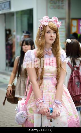 La ragazza di kawaii vestiti in stile gotico; lolita abbigliamento; rosa grazioso abiti alla moda; lolita moda stile Giappone; Trendy moda giapponese; Harajuku Tokyo Foto Stock