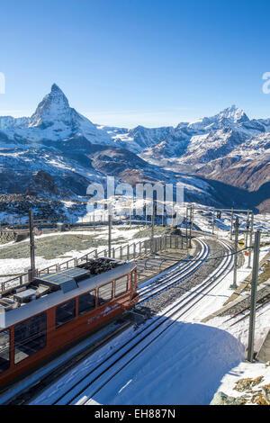 Un treno da Zermatt in avvicinamento alla stazione di Gornergrat rivolta verso il maestoso forma del Cervino, Vallese, Svizzera, Europa Foto Stock