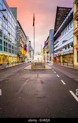 Il Checkpoint Charlie. Il punto di incrocio tra Berlino Ovest e Berlino Est è diventato un simbolo della Guerra Foto Stock