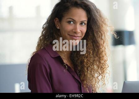 Donna fantasticando in office Foto Stock