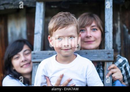 La famiglia felice all'aperto, un ragazzino in primo piano. Foto Stock