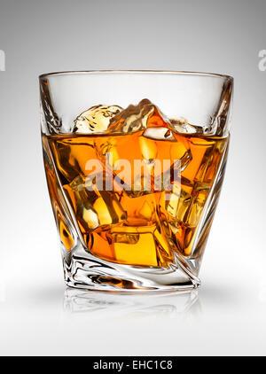 Bicchiere di whiskey su sfondo grigio Foto Stock