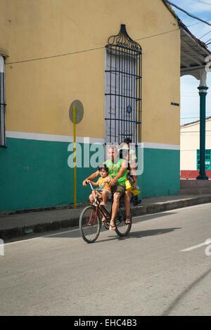 Cuba Sancti Spiritus strada scena di bici ciclo padre uomo donna bambino madre ragazza figlia gita di famiglia Foto Stock