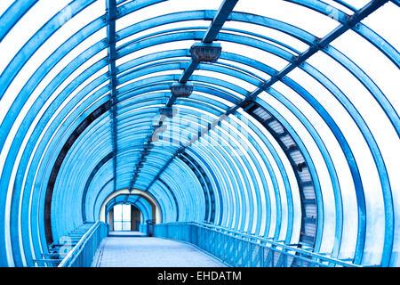 Vuoto corridoio blu Foto Stock