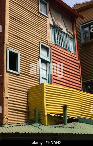 Argentina, Buenos Aires, La Boca, Caminito, case fatte dal dipinto in maniera colorata rigenerate ferro corrugato fogli Foto Stock