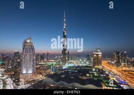 Il Burj Khalifa , il Dubai Mall e lo skyline del centro cittadino di Dubai alla notte in Emirati Arabi Uniti Foto Stock
