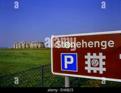 Cartello turistico e parcheggio a Stonehenge. Wiltshire, Inghilterra,