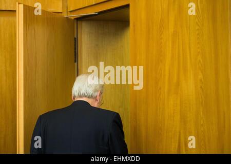 Essen, Germania. 16 Mar, 2015. German art consultant Helge Achenbach lascia la corte camera presso il tribunale Foto Stock
