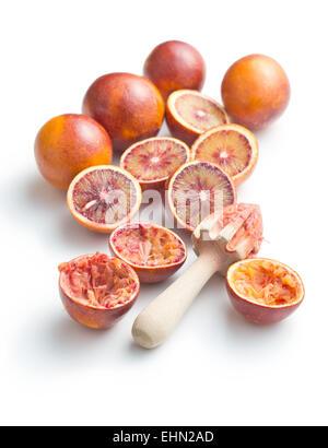 Dimezzato Arancio sanguigno e centrifuga su sfondo bianco Foto Stock
