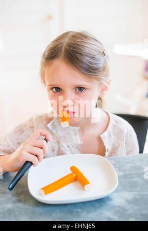 5 anno-vecchia ragazza mangiare surimi. Foto Stock